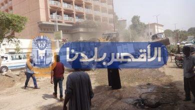 Photo of مدينة الأقصر تواصل رفع كفاءة شارع خالد بن الوليد بإزالة الجزيرة الوسطى