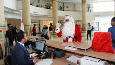 "Photo of ""بابا نويل"" يوزع هدايا الكريسماس والشيكولاته علي مرضي السرطاشن بمستشفي شفاء الأورمان بالأقصر"