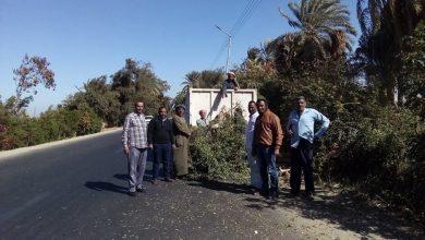 """Photo of """"بالصور""""..تغير سلك غير معزول على مسافة 7كيلو بسلك معزول على طريق مصر اسوان شمال الأقصر"""