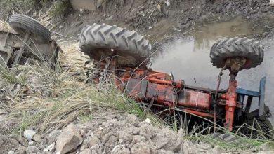 Photo of بالصور..انقلاب جرارقصب زراعي في ترعة الرياينة بالأقصر وإصابة سائقه